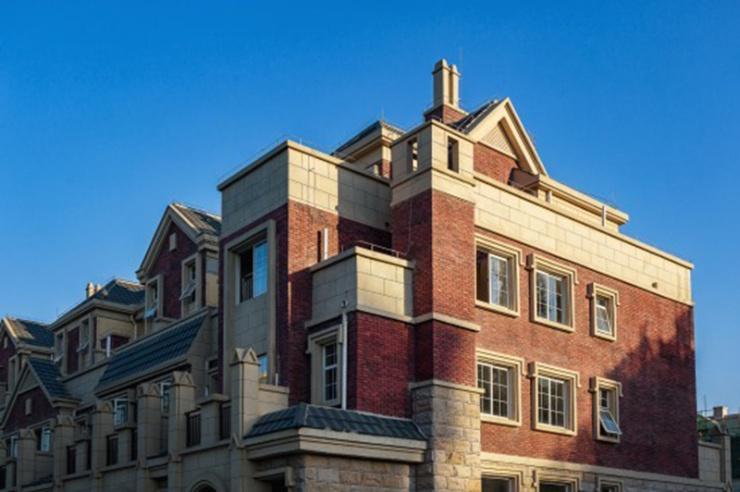 项目整体建筑采用欧式建筑手法,花园别墅产品采用英伦建筑风格,外立面