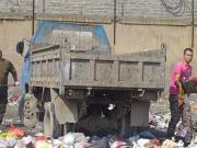 【追踪】物业组织人员清理如山垃圾